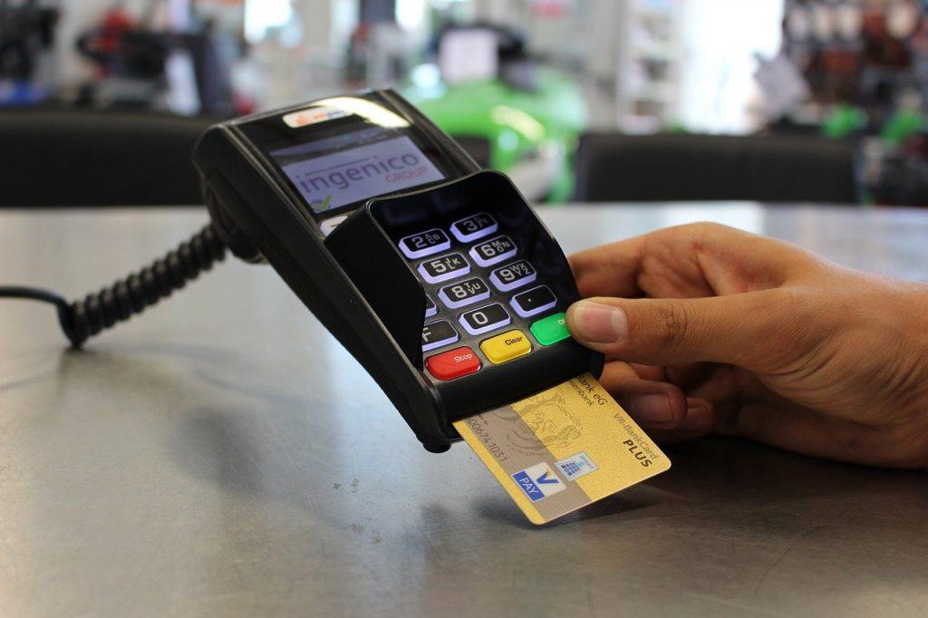 paiement par carte de crédit dans une boutique physique