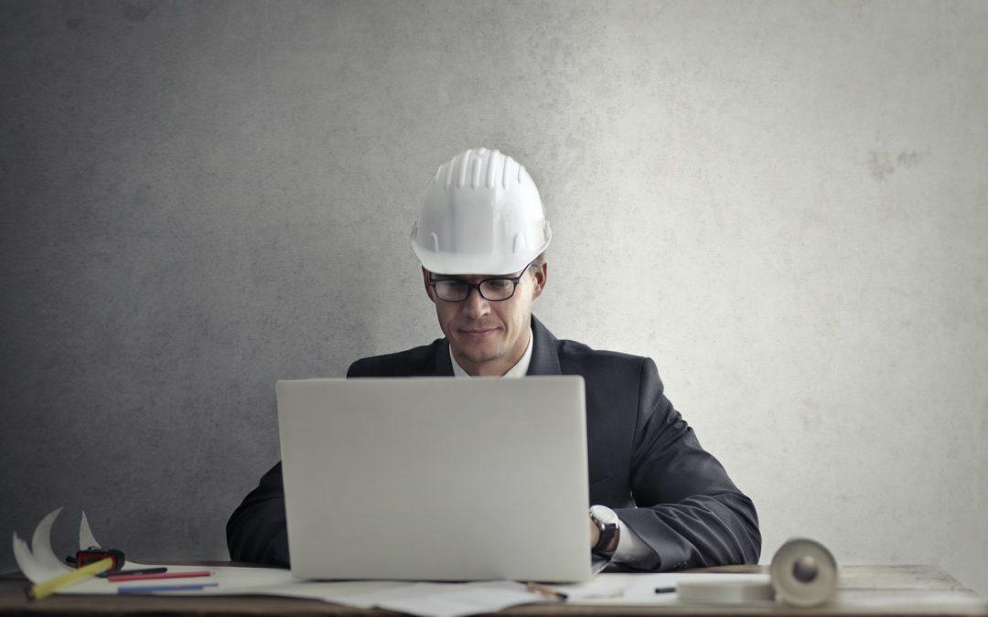 Professionnel gèrant son budget en ligne