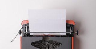 Rédacteur sur machine à écrire